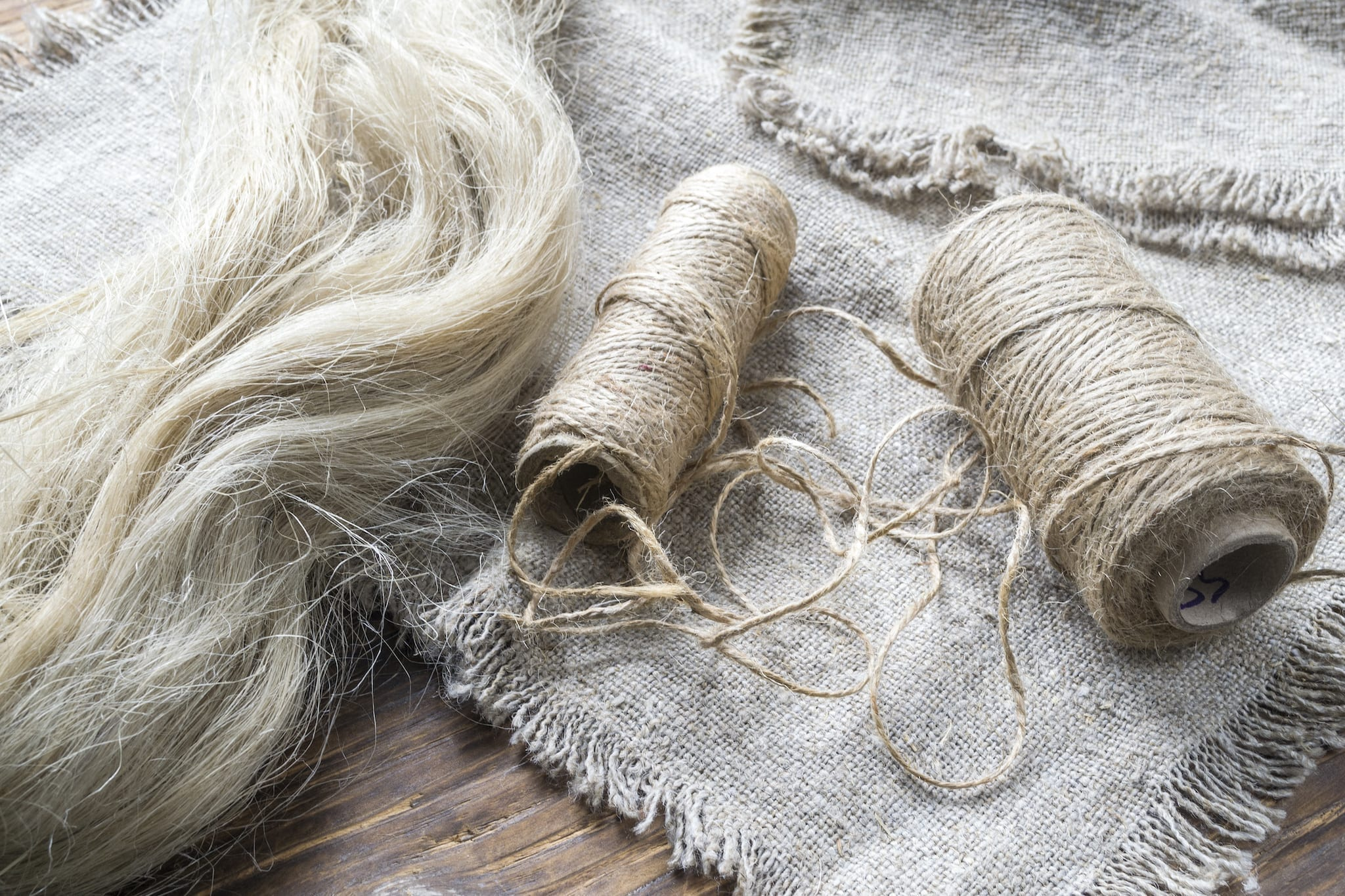 Separated flax fibres, yarn and linen fabric