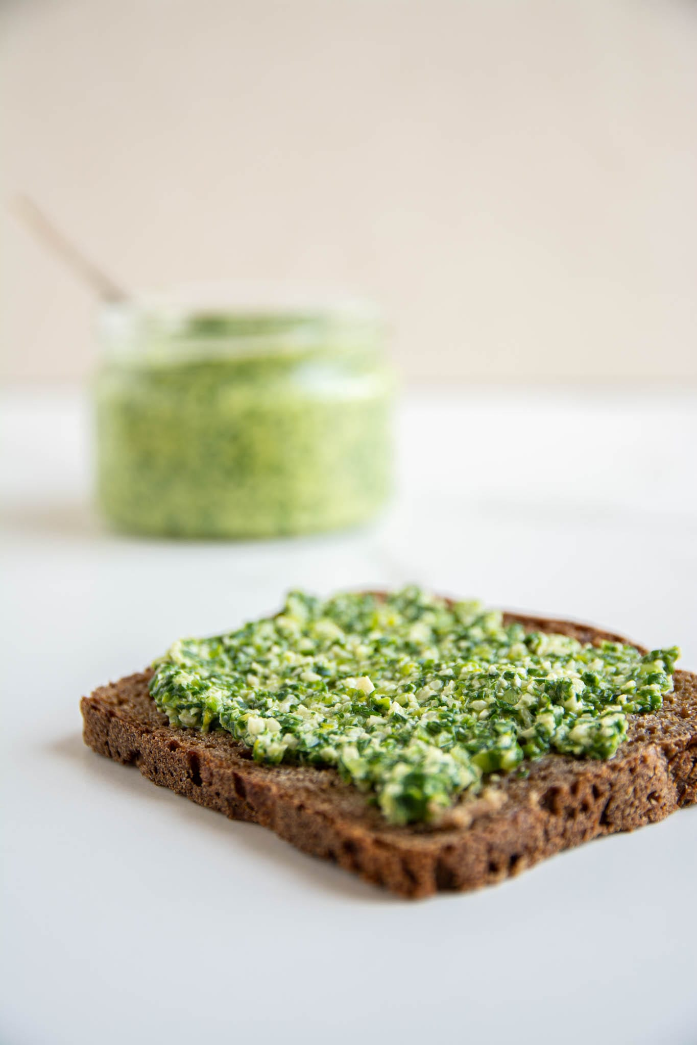 Learn how to make vegan oil-free wild garlic pesto with just 4 ingredients (not counting salt and water). Spread it on a slice of sourdough bread, make pesto pasta or add to salads, stews and Buddha bowls.