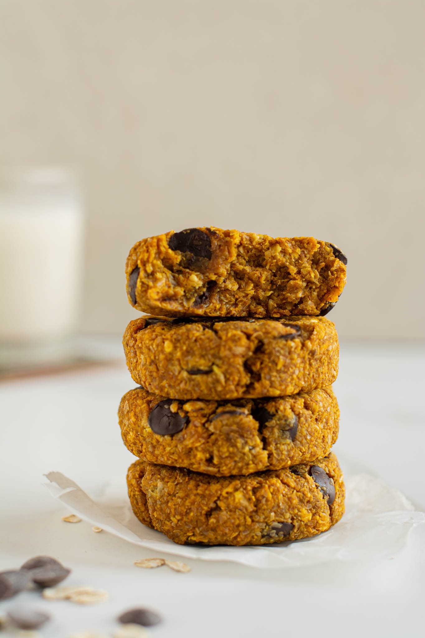Learn how to make easy vegan pumpkin chocolate chip cookies that are extra fibrous and super satiating. They are excellent with a cup of tea or coffee for breakfast, snack, or as a healthy dessert.